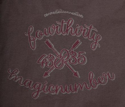 胸ポケットには刺繍、バックには大胆なグラフィック『 Link Tee』Magic Number × 430(Fourthirty)コラボアイテム_ブラウン