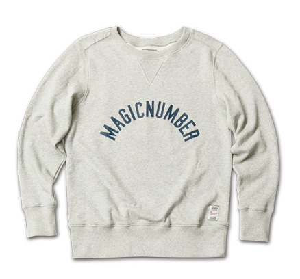 『men's FUDGE 3月号』防寒アウター特集掲載 MagicNumber「Arch Cracked Logo Sweat Crewneck」