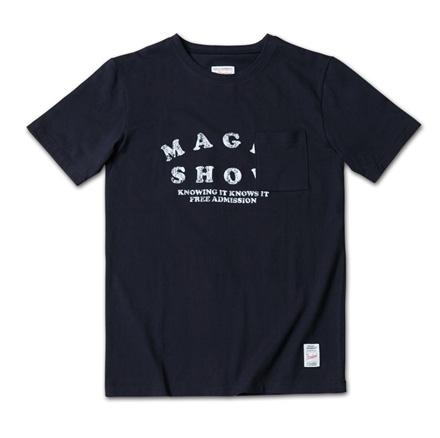 ポップな掠れロゴにかかる様に胸ポケットが付いているT『Magic Show Tee』MAGIC NUMBER 14SS最新ITEM_Navy